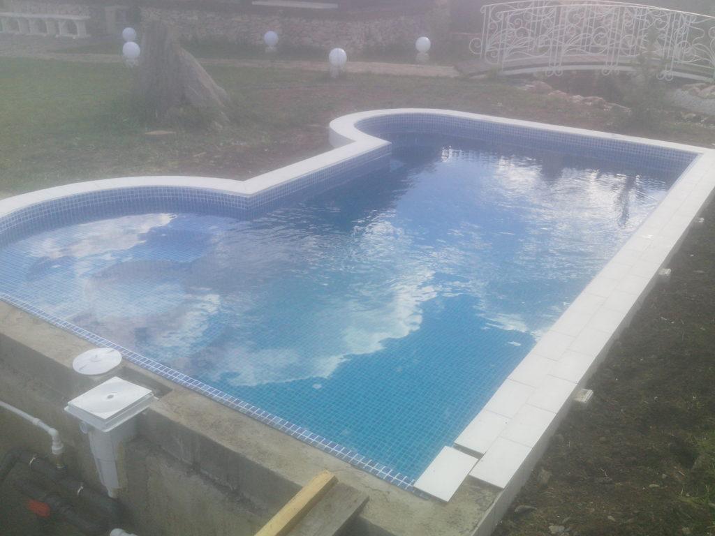 скиммерный бассейн среднего размера